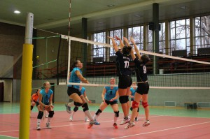 Franziska Hörnlein und Julia Ließ mit erfolgreichem Block: Der USV gewinnt gegen den USC Magdeburg mit 3:1.